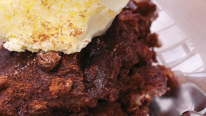 Pudding van pure chocola en koffiebrood